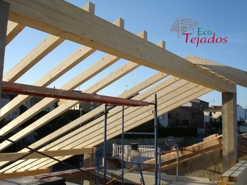 Proceso de construcci n de un tejado en for Tela asfaltica para tejados de madera