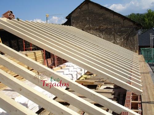 Proceso de reparaci n de un tejado de - Estructuras de madera para tejados ...