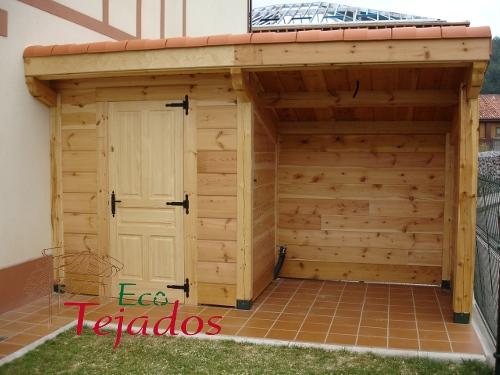 Proceso de construcci n de una caseta de for Amaru en la puerta de un jardin