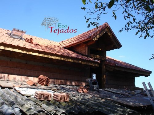 Proceso de construcci n de un tejado en for Tejados de madera thermochip